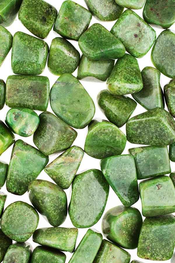 hydro grossulaar trommelstenen, trommelsteen, grossulaar, grossular, garnet, granaat, groene granaat, knuffelsteen, knuffelstenen, gepolijst, steen, stenen, kopen