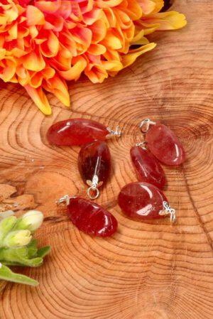 aardbeienkwarts edelsteen hanger op hout met bloemen